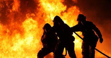 Zdjęcie przedstawia walkę strażaków z pożarem