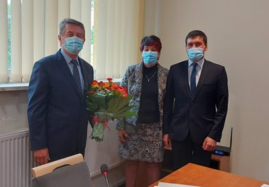 Na zdjeciu Wójt Gminy z wiazanka kwiatów oraz przewodniczący rady i jedna z radnych.
