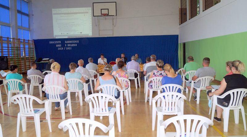Widok sali, na której siedzą uczestnicy spotkania.